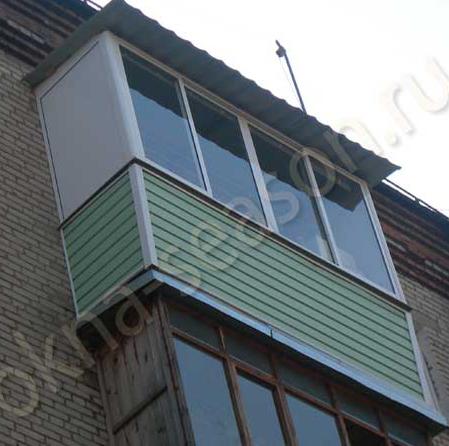 остекление балкона в хрущёвке с крышей из металлочерепицы